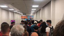 Londra'daki Luton Havalimanı'nda koronavirüs test kuyruğu
