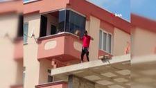 Pendik'te çatıya çıkan genç, öğrencilerin geçtiği yola tuğla fırlattı