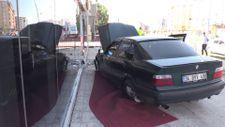 Erzurum'da kontrolden çıkan otomobil mobilya mağazasının camına çarparak durdu