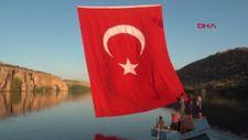 Fırat ve Göksu'nun birleştiği kanyonda Türk bayrağı dalgalanıyor