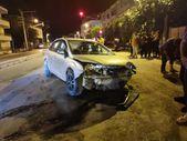Hatay'da kontrolden çıkan otomobil 2 evin bahçe duvarına çarptı