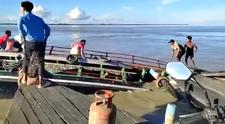 Hindistan'da iki yolcu teknesi çarpıştı