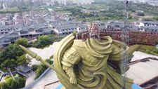 Çin'de Guan Yu heykeli, taşıma işlemi için sökülüyor