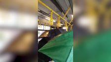 İstanbul'da su alan otobüste şemsiye açan yolcular