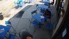 Kafede panikleyen köpek ortalığı birbirine kattı