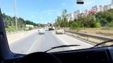 Kartal'da kamyonetten yola çuvallar düştü
