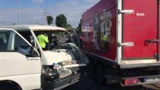Kocaeli'de kamyon ve panelvan çarpıştı
