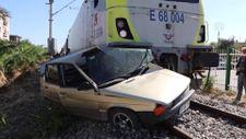 Manisa'da hemzemin geçitte yolcu treninin çarptığı otomobilin sürücüsü hafif yaralandı