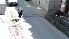 Çorum'da yolda yürüyen kadının üzerine demir düştü