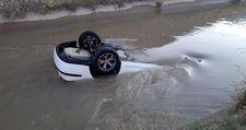 Erzincan'da trafik kazası sulama kanalına düşen araçta can pazarı