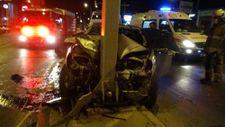 İzmir'de yön levhasına çarpan otomobil hurdaya döndü
