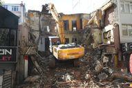 Kocaeli'de 22 yıl önce yaşanan depremde ağır hasar alan bina yıkıldı