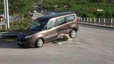 Kocaeli'de otomobille çarpışan hafif ticari araç bariyerin üzerinde asılı kaldı