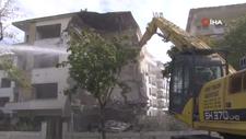 Büyükçekmece'de hasarlı binaların yıkımı devam ediyor