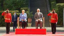Angela Merkel, Arnavutluk'taki resmi törene oturarak katıldı
