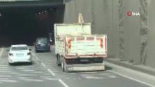 Kocaeli'de bir köpek, kamyonun üzerinde seyahat ederken görüntülendi