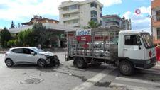 Antalya'da otomobil, aniden dönen kalkışan tüp yüklü kamyona çarptı