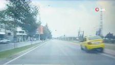 Bursa'da, dalgın taksi sürücüsü kaldırıma çıktı
