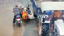 Hindistan'da motosikletli adamın kafasını traktör ezdi