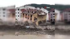 Kastamonu'da yıkılan binanın altında kalmaktan son anda kurtuldular