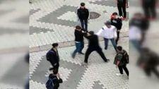 Sultangazi'de öğrencilerin tekmeli yumruklu kavgası kamerada