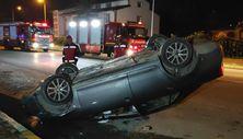 Sakarya'da kontrolden çıkan otomobil, park halindeki araca çarparak takla attı