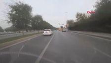 Kartal'da kırmızı ışıkta geçen otomobil yayalara çarptı