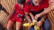 Mardin'de çöpte bulup, bileğine taktığı kelepçeyi itfaiyeciler keserek çıkardı