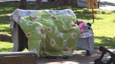 Samsun'da annesini kaybeden genç kadın parkta yatıyor