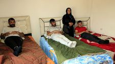 Hakkari'deki anne, 4 engelli çocuğuna hem annelik hem babalık yapıyor