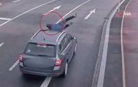 Çekya'da aniden aracın önüne atlayan şahıs, kalkıp yoluna devam etti