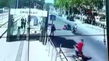 Antalya'da elektrikli bisikletin anne ve 2 çocuğuna çarpma anı
