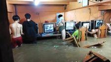 Filipinler'de suyla dolan internet kafede oyun oynamaya devam ettiler