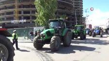 Kosova'da çiftçiler traktörleri ile yollara çıkarak hükümeti protesto etti