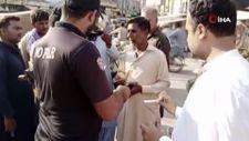 Pakistan'da polis ekipleri aşı kontrolü yaptı