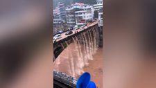 Çin'de su baskını köprüde şelale oluşturdu
