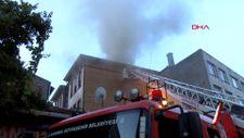 Fatih'te iki katlı ahşap otelin çatısında yangın çıktı