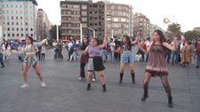 Taksim'de genç kızların ilgi gören dansı