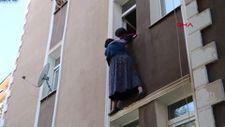 Erzurum'da pencereden atlamak isteyen annesini zor tuttu