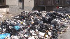 Bornova'nın bir tarafında çöp ve diğer tarafında moloz tepecikleri yükseliyor