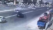 Şanlıurfa'da kamyonetten kaçtı, 2 otomobile çarptı