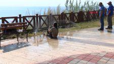 Antalya'da parkta yatan kadın fıskiye ile temizlendi
