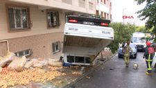 Bağcılar'da patates yüklü kamyon devrildi
