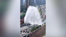 Çin'de patlayan su borusu otobanı araba yıkama noktasına dönüştürdü