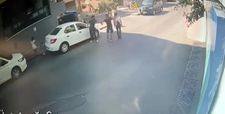 Beyoğlu'nda sokak ortasındaki bıçaklı kavga kamerada