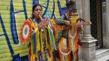 İstiklal Caddesi'nde kızılderililerden mini konser