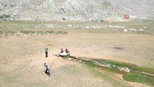Antalya'da görüntülendiğini fark eden çoban sopa ile drone kovaladı