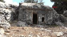 Antalya'daki definecilerin zarar verdiği tarihi mezarlar çöplüğe döndü