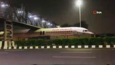 Hindistan'da köprünün altında sıkışan yolcu uçağı viral oldu
