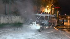 İstanbul'da çalıntı kaydı olan minibüs park halindeyken yandı